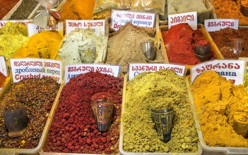 各种各样的芬芳多彩多姿的香料在东部市场上 库存图片