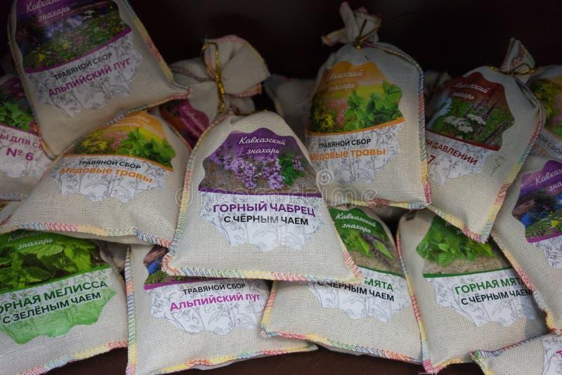 各种各样的茶袋与美好的贴纸的织品 库存图片