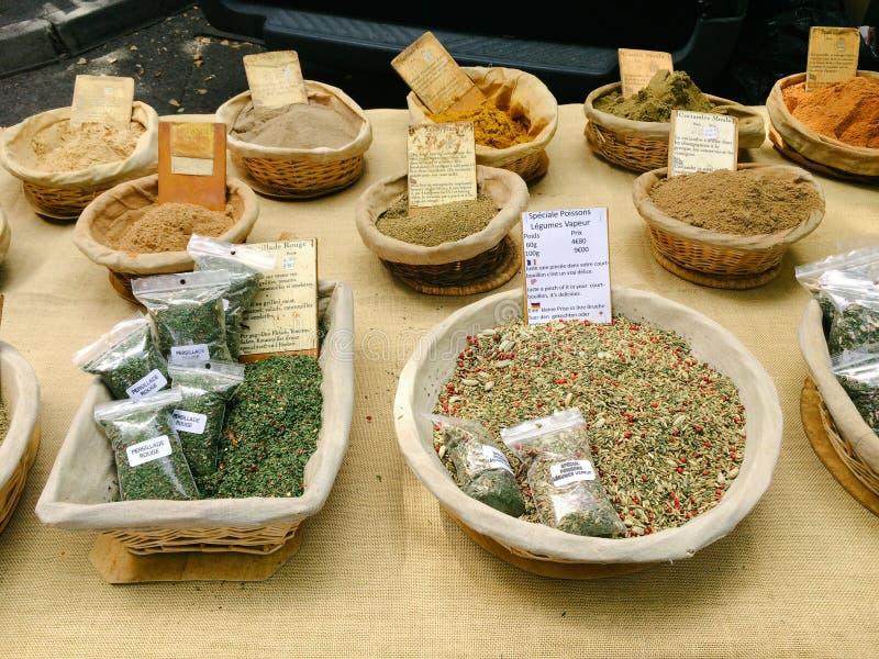 各种各样的草本和香料待售在地方市场上在阿尔勒,法国 免版税图库摄影