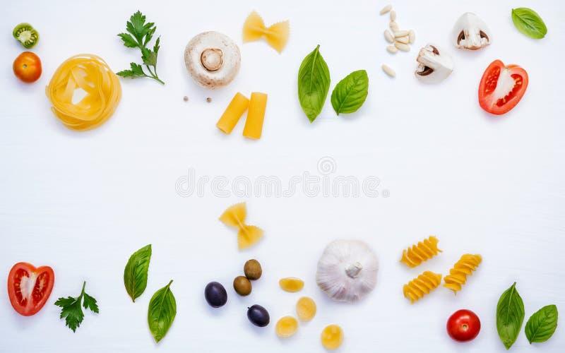 各种各样的菜和成份烹调的面团菜单甜b 免版税库存照片