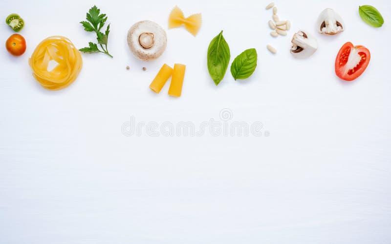 各种各样的菜和成份烹调的面团菜单甜b 免版税库存图片