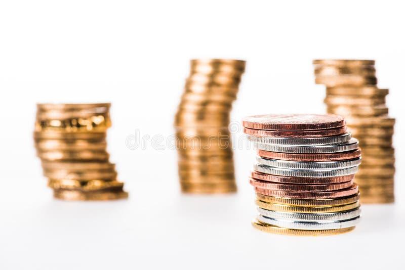 各种各样的被堆积的发光的硬币选择聚焦  免版税库存照片