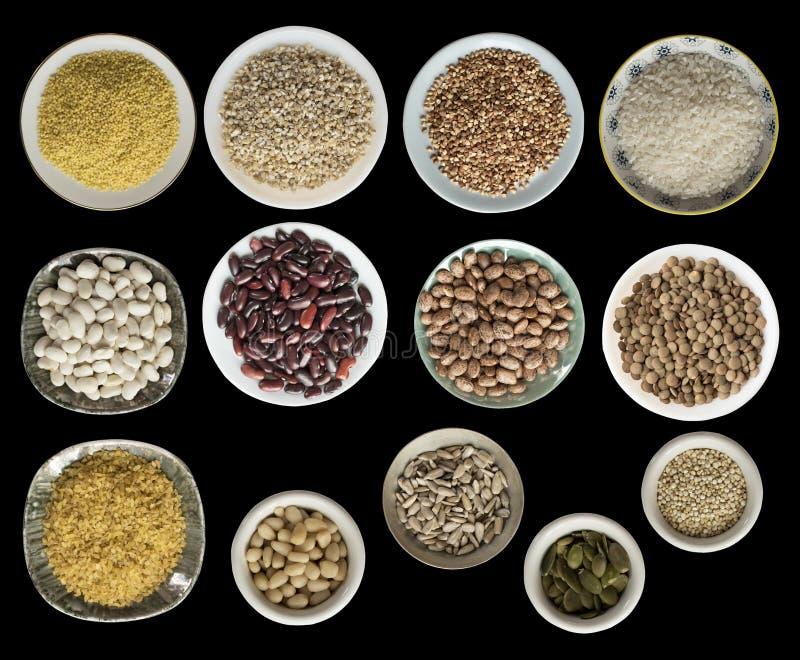 各种各样的谷物,种子,豆,在黑背景隔绝的板材的豌豆,顶视图 库存图片