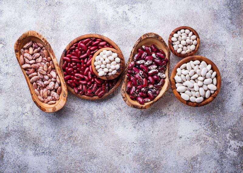 各种各样的豆的分类在木碗的 库存图片