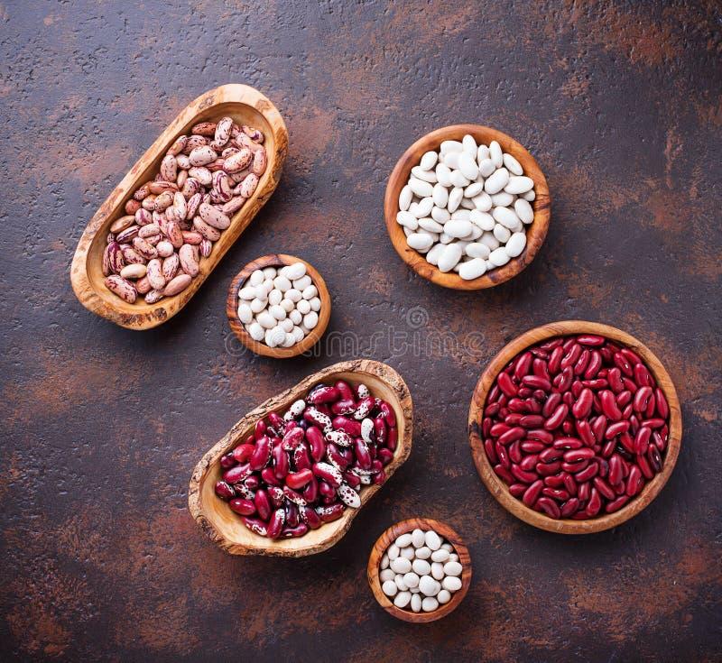 各种各样的豆的分类在木碗的 免版税库存图片