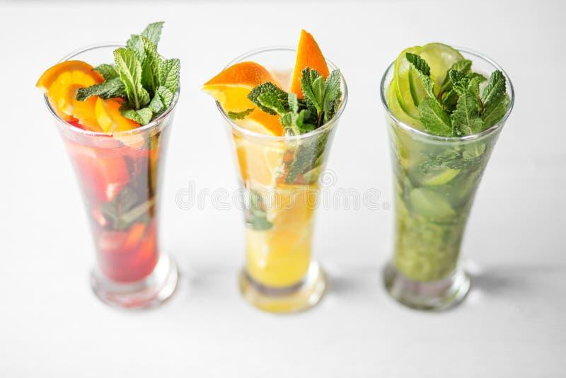 各种各样的酒精鸡尾酒用果子和薄菏 饮料、夏天、热、酒精、党和酒吧的概念 库存图片