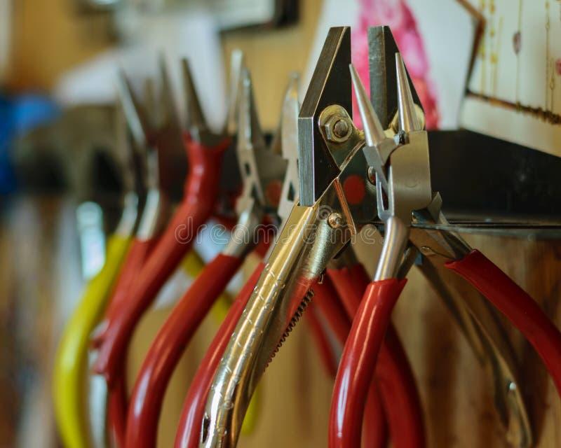 各种各样的钳子和手工具 免版税库存图片