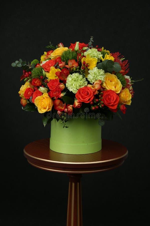 各种各样的颜色花束在桌上的 免版税库存图片