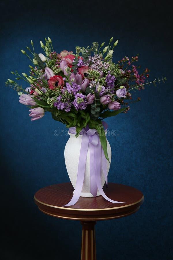 各种各样的颜色花束在桌上的 免版税库存照片