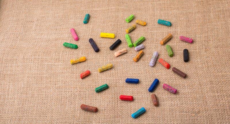 各种各样的颜色蜡笔在帆布的 库存图片
