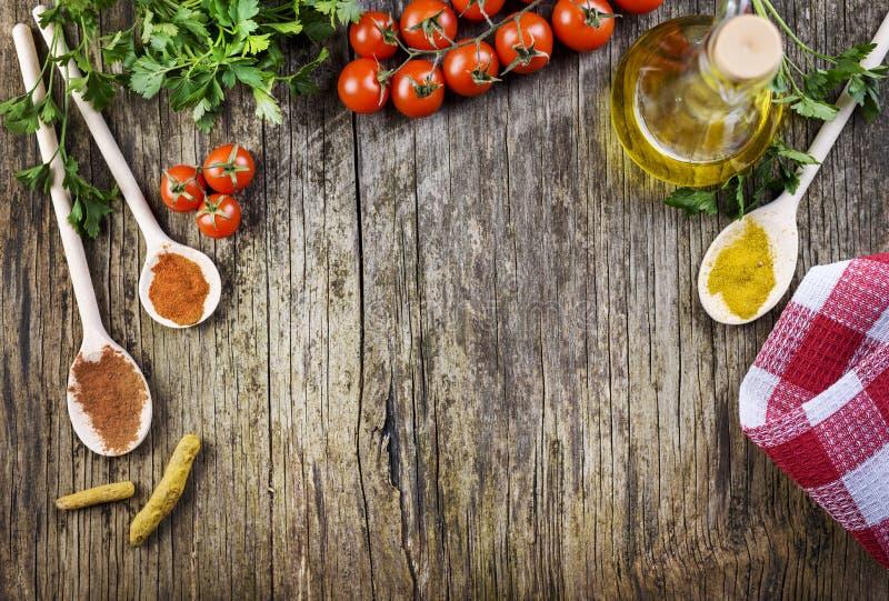 各种各样的食品成分顶视图在葡萄酒木桌上的 库存照片