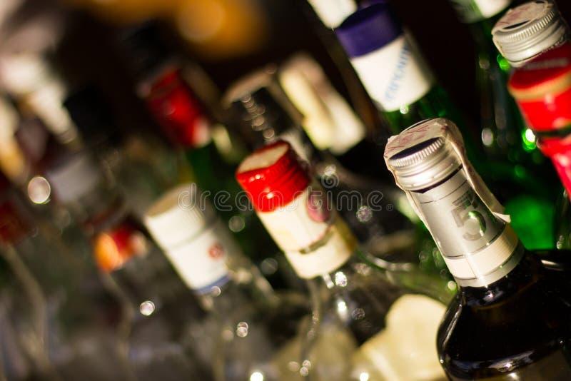 各种各样的饮料瓶和瓶上面 免版税库存照片