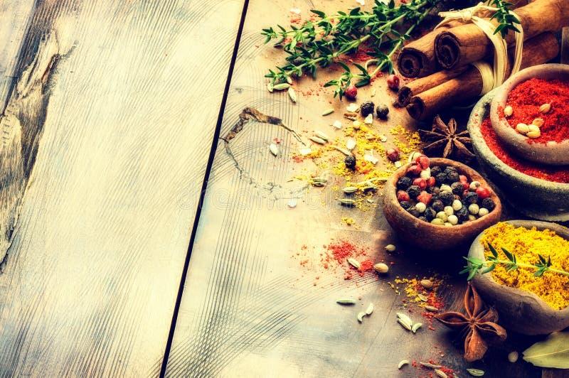 各种各样的香料和草本的五颜六色的混合 背景许多饺子的食物非常肉 库存照片