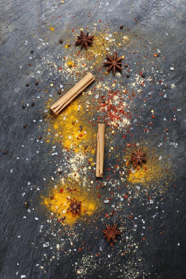 各种各样的香料艺术性的五颜六色的背景  免版税图库摄影