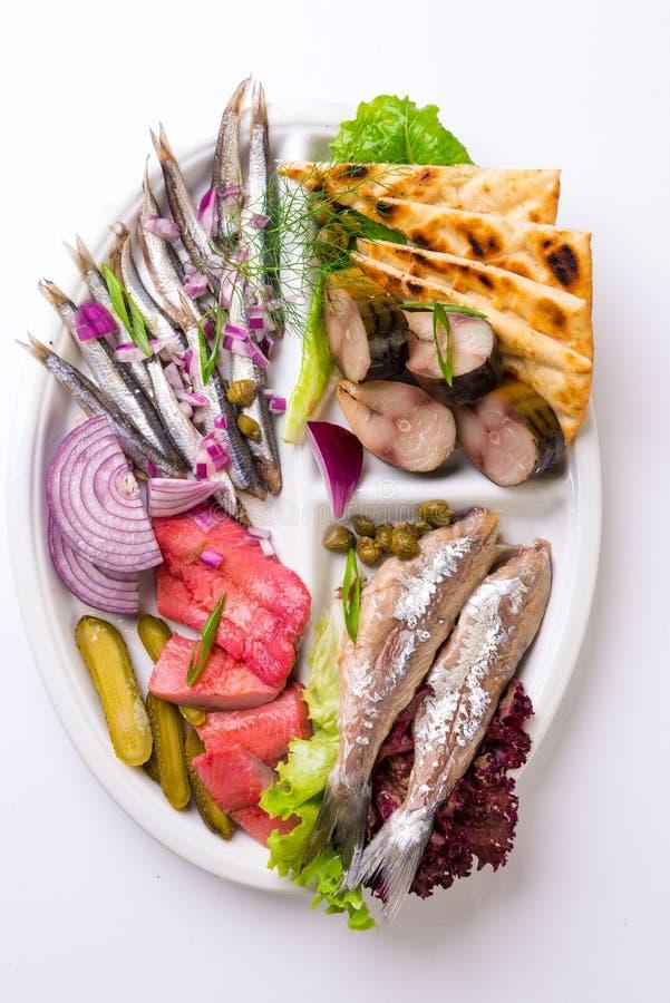 各种各样的鱼混合沙拉从上面 库存图片