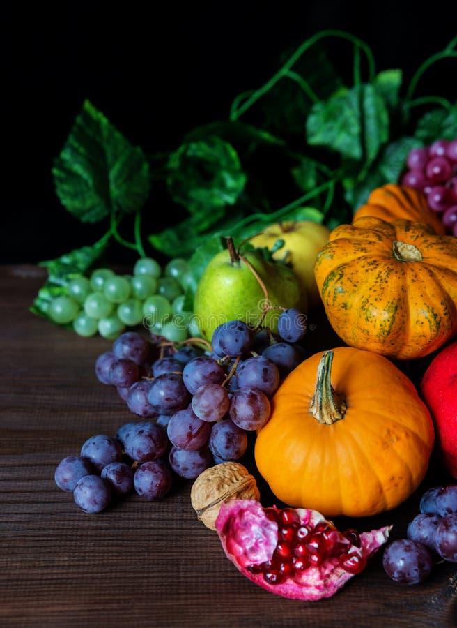 各种各样的水果和蔬菜富有的收获  免版税库存图片