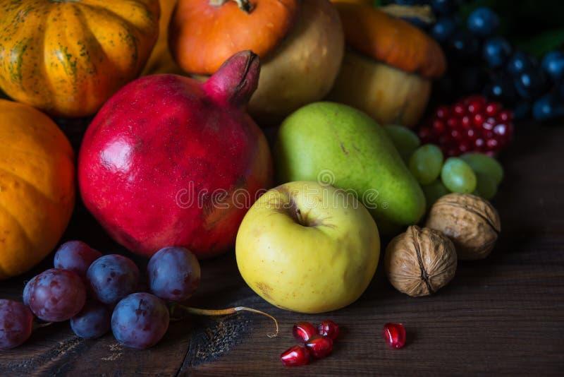 各种各样的水果和蔬菜富有的收获  免版税图库摄影