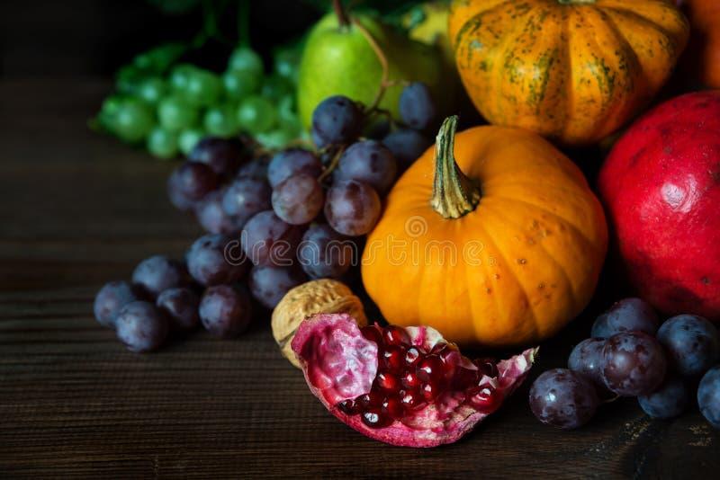 各种各样的水果和蔬菜富有的收获  免版税库存照片