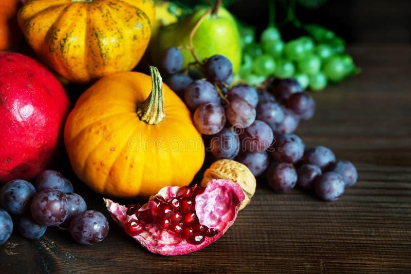 各种各样的水果和蔬菜富有的收获  库存照片