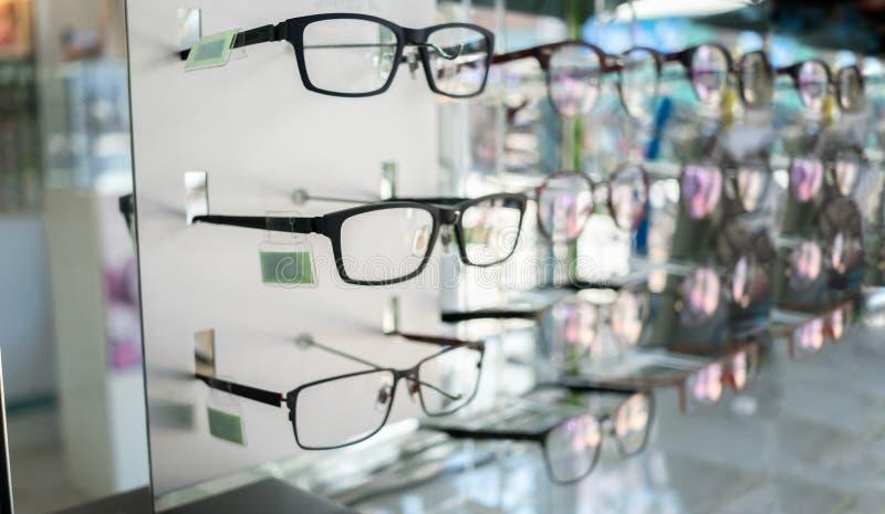 各种各样眼睛玻璃在商店 选择聚焦 库存照片