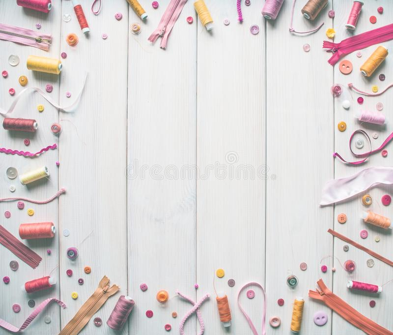 各种各样缝合的辅助部件、螺纹、丝带,针,编织和其他以白板为背景 复制空间 免版税库存图片