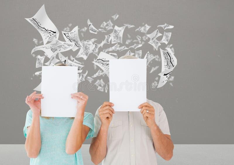 结合举行空白的招贴反对数据图表在背景中 免版税库存图片