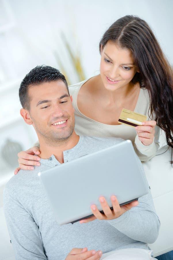 结合买在网上在与信用卡的internt 库存图片