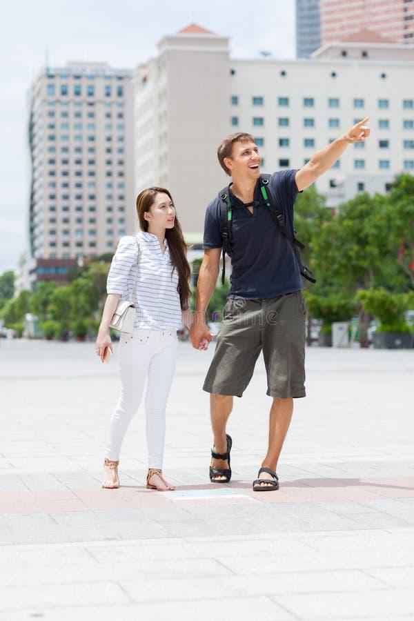 结合亚裔女孩和白种人人旅游微笑 库存照片