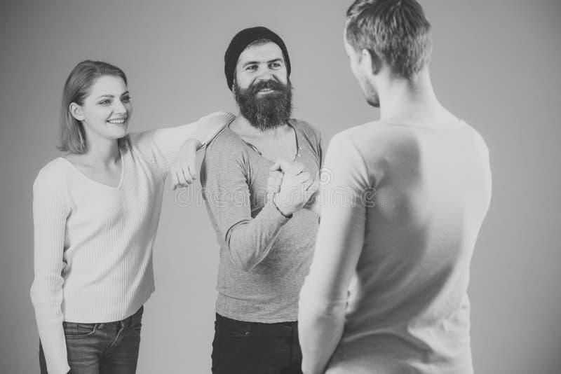 合作、友谊和财政支持 遇见概念的朋友 男人和妇女微笑的面孔的在灰色 免版税库存图片