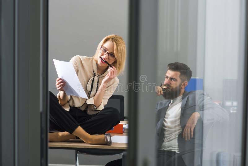 合作、肉欲的妇女和有胡子的人在办公室 成功的合作 免版税库存照片
