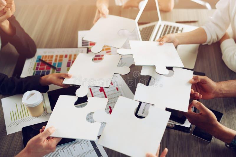 合作伙伴的团队合作 拼图片集成与启动的概念 免版税图库摄影