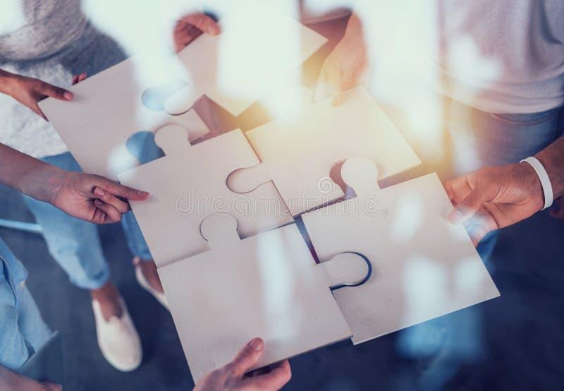 合作伙伴的团队合作 拼图片集成与启动的概念 免版税库存照片