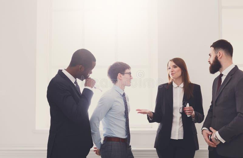 合作会议在办公室,有拷贝空间的商人 图库摄影