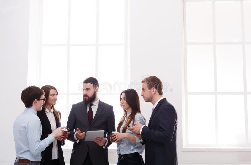 合作会议在办公室,有拷贝空间的商人 免版税库存图片