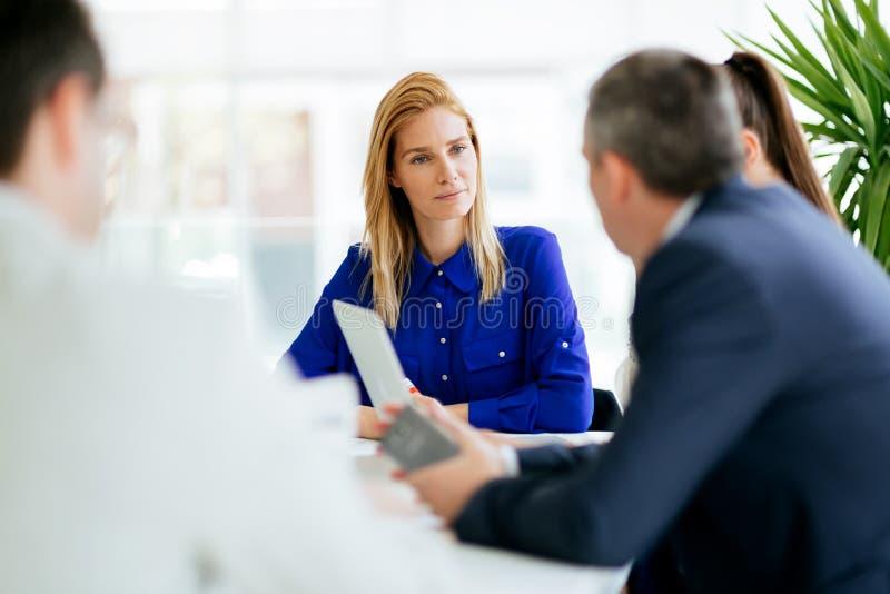合作在办公室的买卖人 免版税库存照片