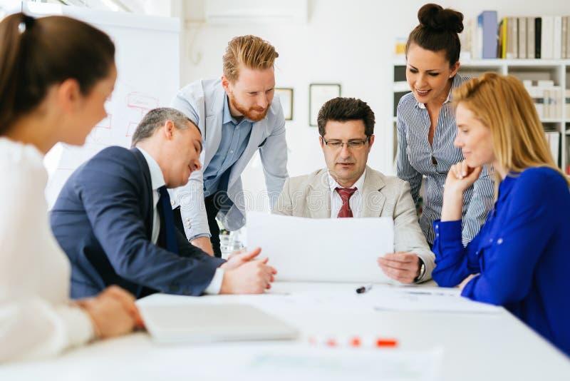 合作在办公室的买卖人 免版税库存图片