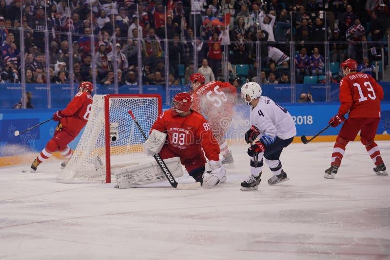 合作白色的美国在行动反对从俄罗斯人` s冰球初步圆的比赛的队奥林匹克运动员 免版税库存图片