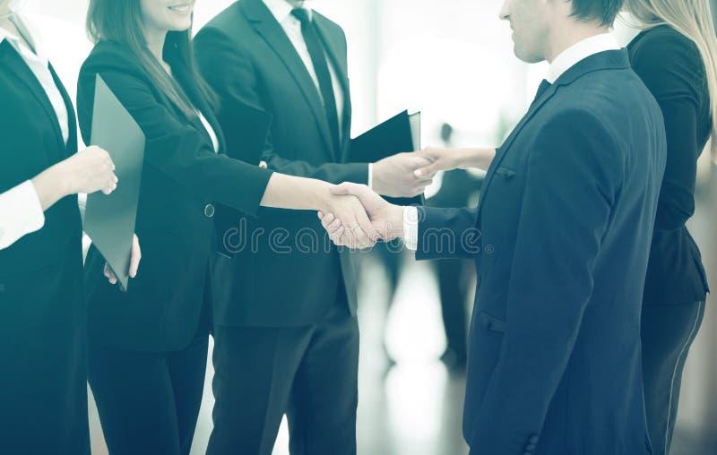 合作的概念 握手,当遇见商务伙伴时 库存照片