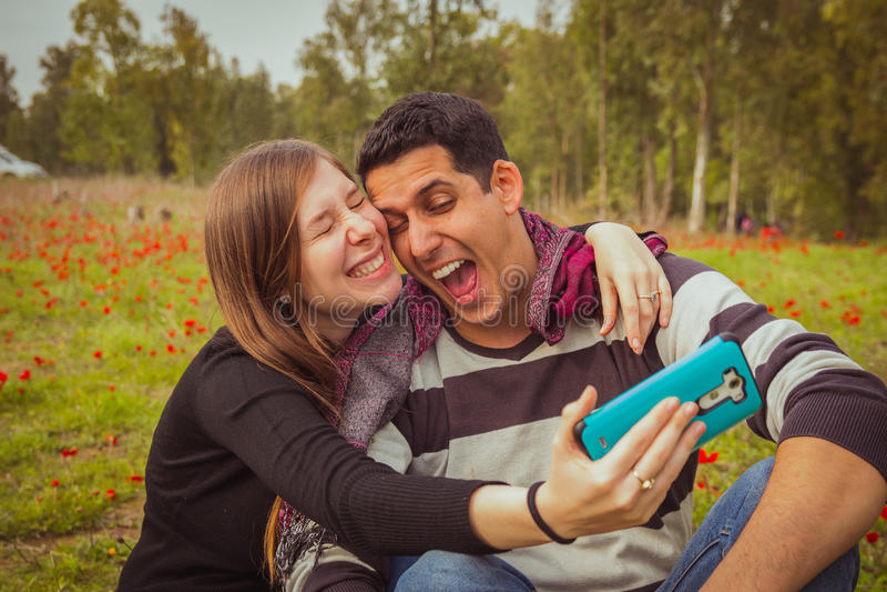 结合做傻和滑稽的面孔,当拍selfie照片w时 免版税库存照片