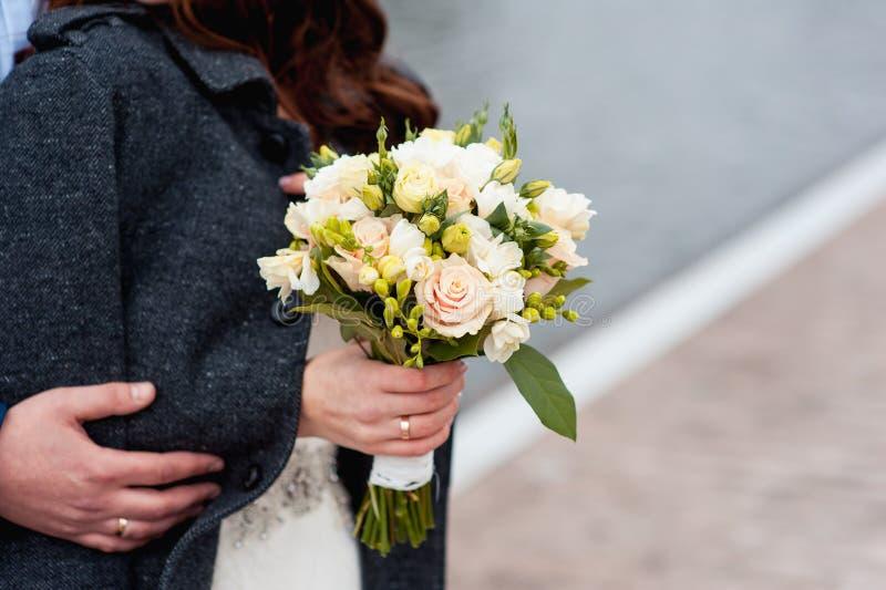 结合在一起使婚礼花束的新娘和新郎 库存照片
