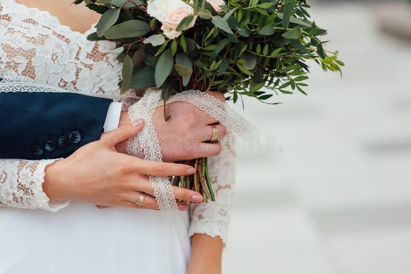 结合在一起使婚礼花束的新娘和新郎 库存图片