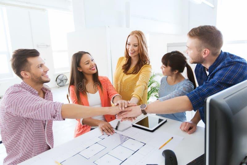 结合在一起使手的创造性的队在办公室 库存图片