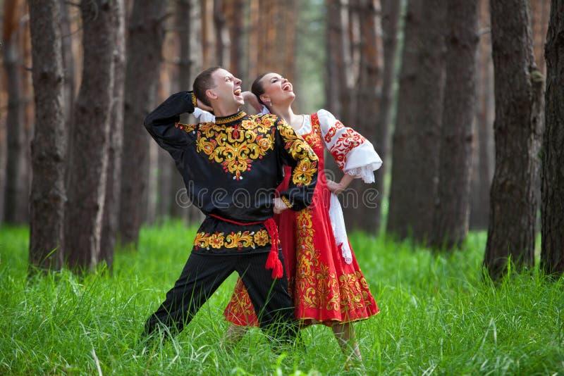 结合在俄国传统礼服的跳舞在自然 免版税库存图片