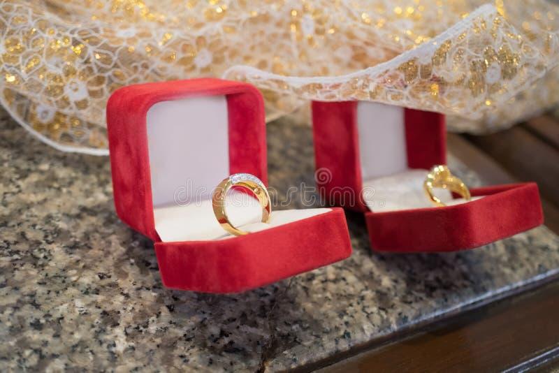 结合在红色天鹅绒箱子的钻戒,爱或华伦泰的co 免版税库存图片
