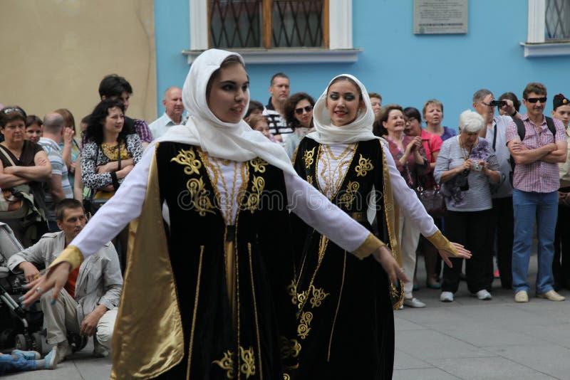合奏Imamat (太阳达吉斯坦)的独奏者舞蹈家表现与北高加索的传统舞蹈的 免版税库存照片