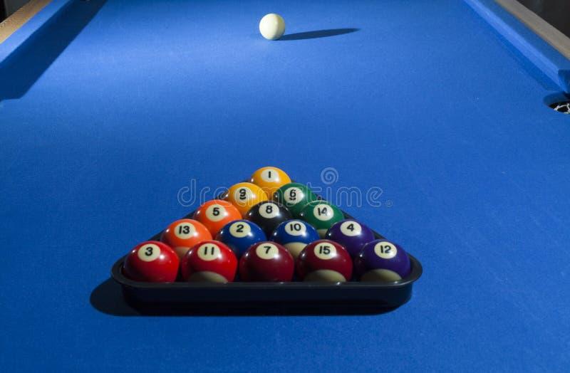 合并在塑料机架-常用的开始的p的撞球 免版税库存图片