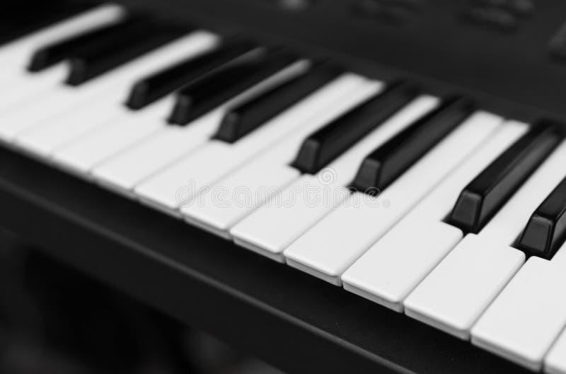 合成器钢琴键盘顶视图 有黑白钥匙的专业电子密地键盘 免版税库存照片