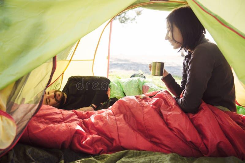结合旅行,花费在帐篷的时间,喝在的咖啡 免版税库存图片
