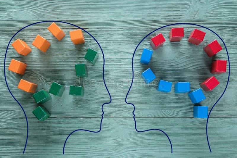 合理和不合理认为的概念两个人 两人头有抽象脑子五颜六色的形状的为 免版税库存照片