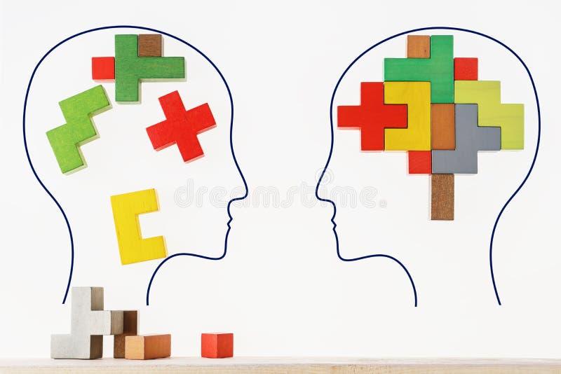 合理和不合理认为的概念两个人 两人头有抽象脑子五颜六色的形状的骗局的 免版税库存照片